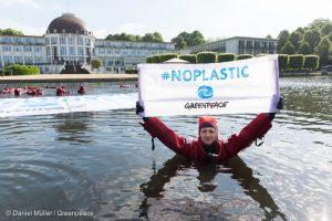 """Plastica. Greenpeace: """"il riciclo non salverà i mari del pianeta"""""""