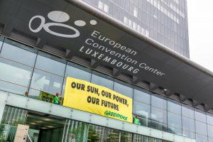 "Energia, Greenpeace in Lussemburgo: ""Italia si schieri in difesa di rinnovabili e clima. UE punti su democrazia energetica"""