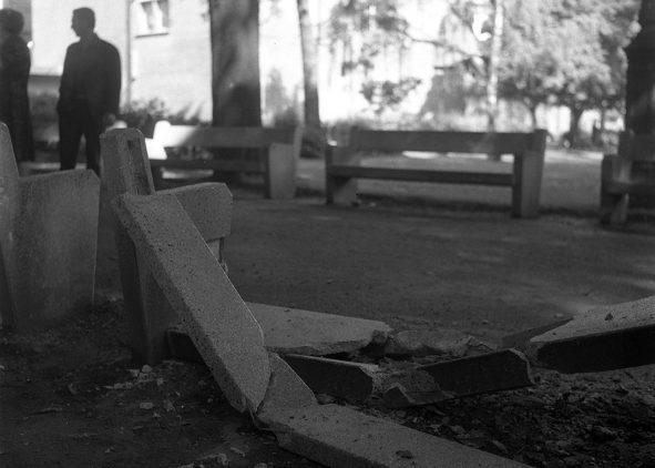 Square Charles de Gaulle, 12 juin 1968. Dégâts causés par la nuit d'émeutes : au 1er plan, banc en pierre cassé ; en arrière-plan on devine le Donjon du Capitole. cc Fonds André Cros, Archives municipales de Toulouse.