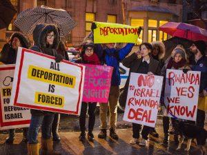 """Amnesty International accusa Israele: i trasferimenti """"volontari"""" di richiedenti asilo sono forzati e illegali"""