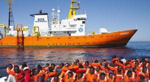 Aquarius, Malta apre i porti. Intanto 60 migranti in Spagna