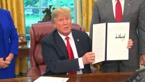 Trump firma un ordine esecutivo per imprigionare insieme senza limiti di tempo le famiglie di immigrati