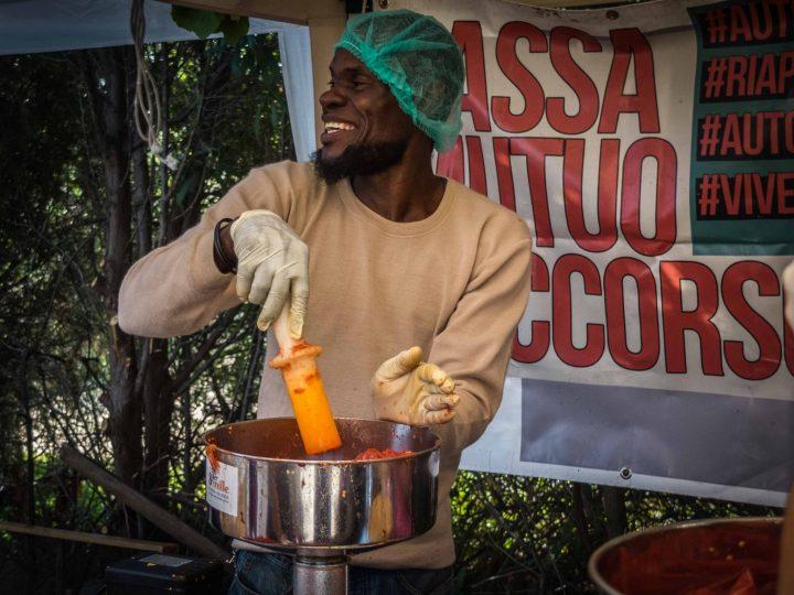 """Tomatensauce """"SfruttaZero"""": ein Projekt gegen Ausbeutung und für gesundes Essen, Solidarität und Hoffnung"""
