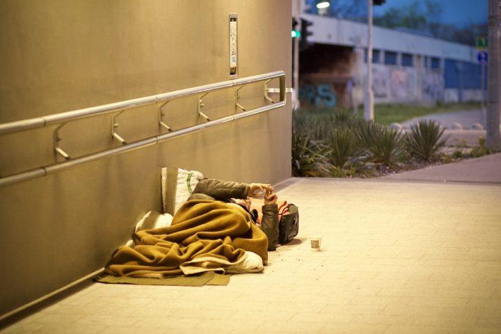 Lottare contro la povertà, non contro i migranti