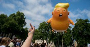 Un arrabbiato Baby Trump vola su Londra durante le proteste contro il presidente americano