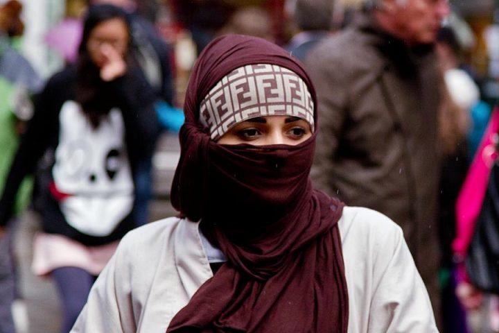 Proibição ao uso de véu leva a protesto contra discriminação