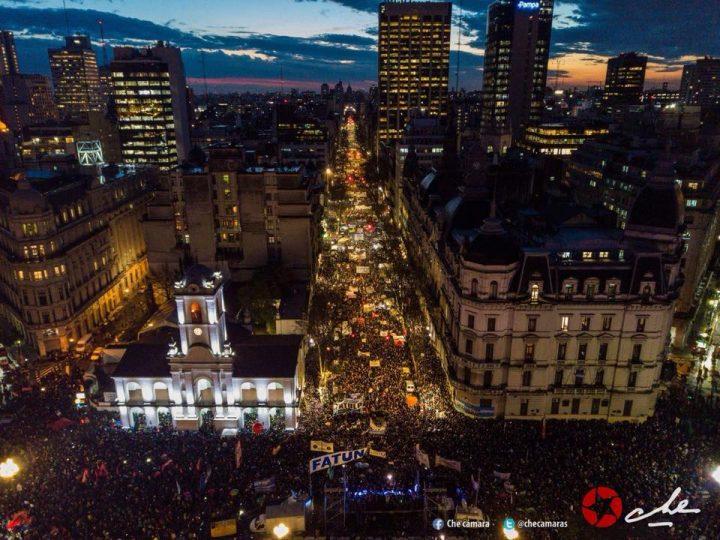 Multitudes defienden la educación pública en Argentina