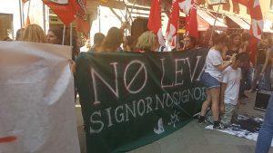 Véneto: Estudiantes se rasuran en contra del servicio militar obligatorio