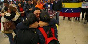 ¿Cómo es posible que miles de repatriados venezolanos regresen a una atroz dictadura?
