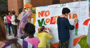 """El barrio de Tetuán """"dibuja"""" la No violencia"""