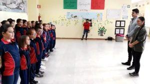 Arrivano a scuola i militari USA e i bambini li accolgono con l'Inno dei Marines
