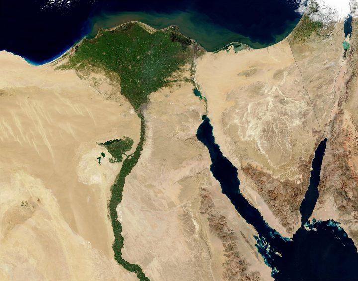 Αιγύπτιοι χριστιανοί και μουσουλμάνοι ενώνονται σε μια προσευχή για την ειρήνη