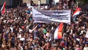 Yemen: decenas de miles de personas protestan por el colapso económico en medio de bombardeos