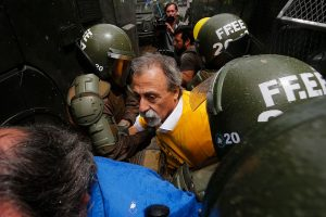 """Reprimen y detienen a dirigente de """"No + AFP"""" en Chile"""