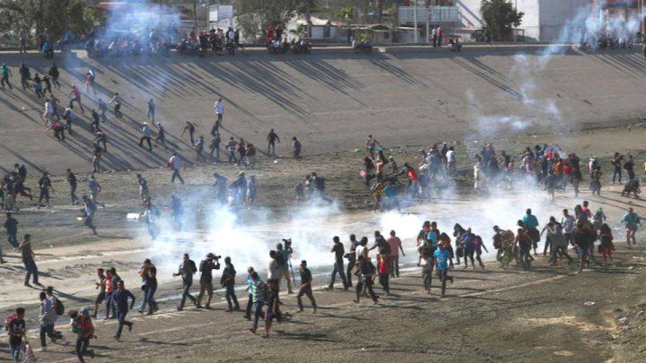 La polizia di frontiera degli Stati Uniti spara gas lacrimogeni sulle famiglie in cerca di asilo