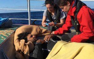 I medici di Open Arms prestano assistenza ai profughi salvati dal peschereccio Nuestra Madre Loreto