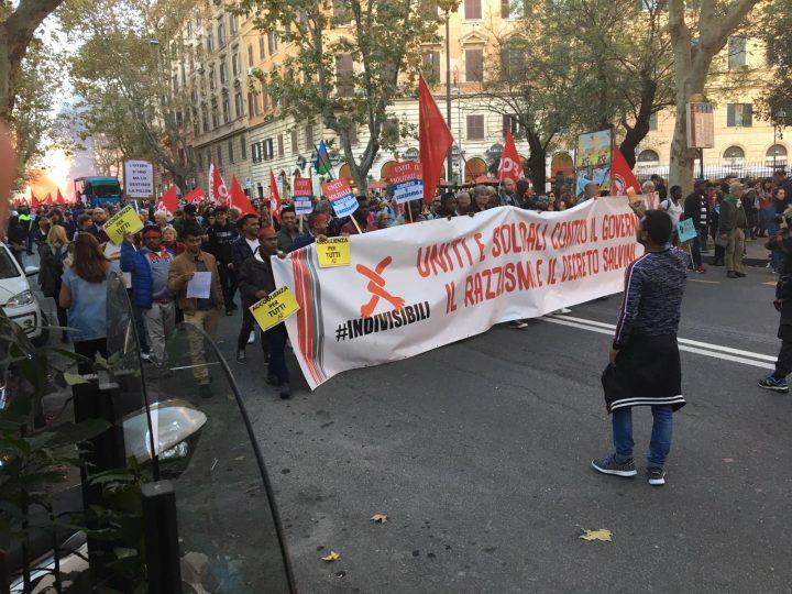 Migliaia di persone manifestano a Roma contro il decreto Salvini