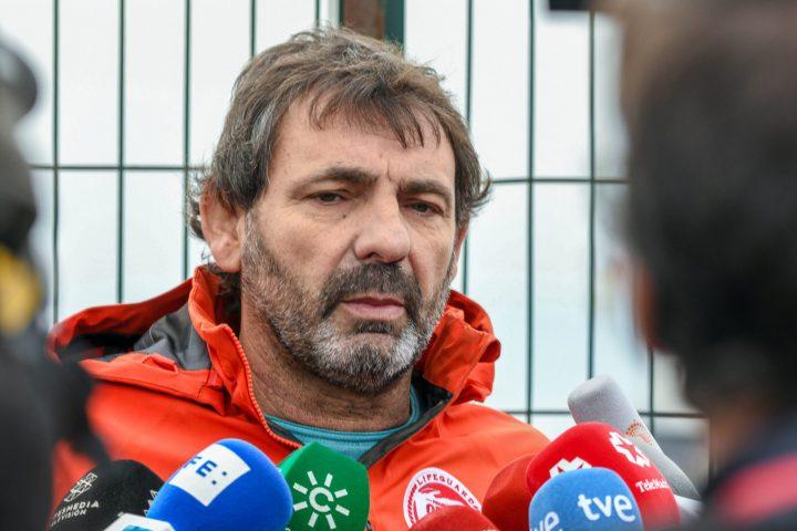 Oscar Camps haciendo declaraciones ante los medios en Algeciras