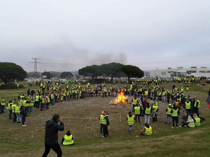 Les gilets jaunes :  Ne pas seulement marcher… Aller au-delà des manifestations
