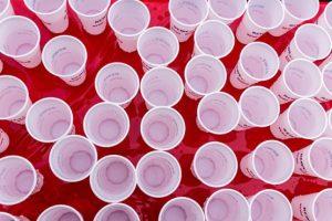 Direttiva UE su plastica monouso: segnale importante ma insufficiente