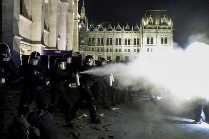 """Ungheria: notte di scontri a Budapest contro l'approvazione della """"legge schiavitù"""""""