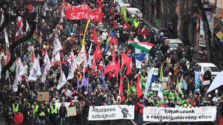 Miles de húngaros protestan contra polémica reforma laboral