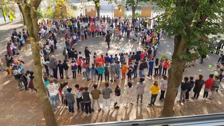 4.425 χλμ περπάτησαν 800 μαθητές γαλλικού προαστείου για τη μηβία και την ειρήνη… Με το καλό κι ο γύρος του κόσμου!