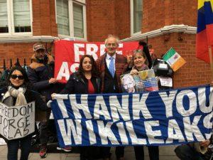 Heike Hänsel zeigt Solidarität mit Julian Assange in der Fragestunde des Bundestag