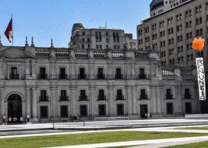 Chile: Partido Humanista eleva globos sobre La Moneda con irónico mensaje al ministro Chadwick