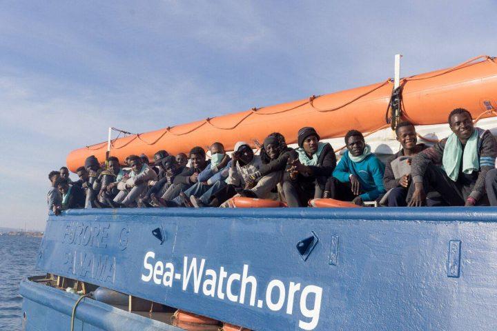 Sea Watch legt mit Migranten im Hafen von Catania an