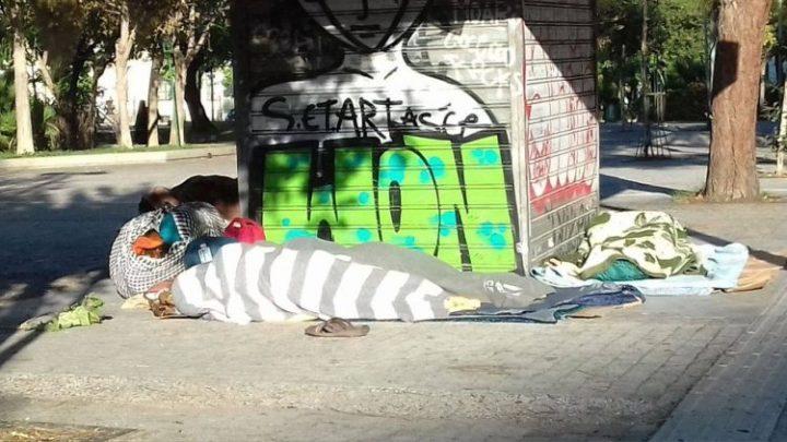 Κρεβάτια χωρίς ανθρώπους και άνθρωποι χωρίς κρεβάτια