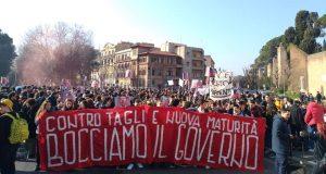 """Alumnos en la plaza: «Rechazamos el gobierno». Partido Comunista: """"Que el PD (Partido Democrático) no se la apropie: la protesta es en contra suya"""""""