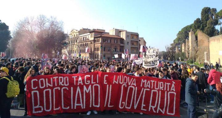 Studenti in piazza: «Bocciamo il governo». Partito Comunista: «Pd non se ne appropri: protesta è anche contro di loro»