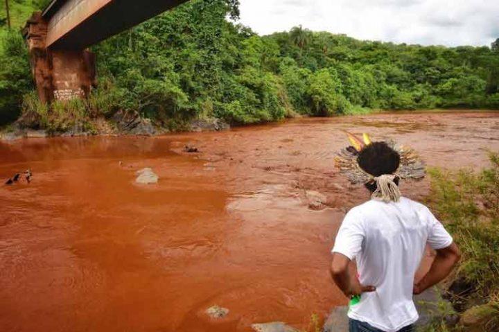 Prohíben uso de agua de río contaminado por tragedia minera en Brasil