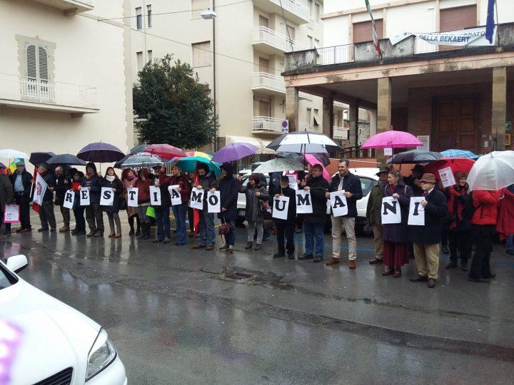 """""""L'Italia che resiste"""" circonda i municipi in 300 città"""