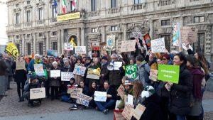 Milán, la huelga por el clima y el flashmob «Nadie es un extranjero» en la Piazza della Scala