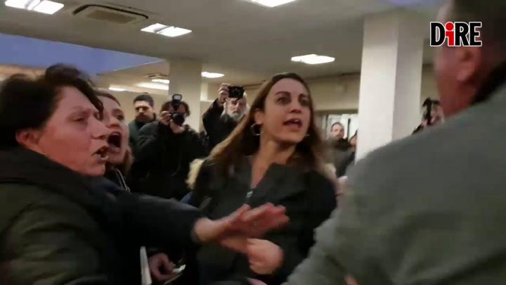 [Video] Blitz 'Non una di meno' a convegno con senatore Pillon: donna strattonata