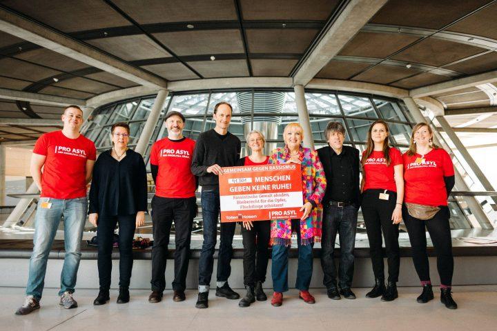 Die Toten Hosen und PRO ASYL übergeben dem Deutschen Bundestag 40.000 Unterschriften gegen Rassismus und Flüchtlingsfeindlichkeit