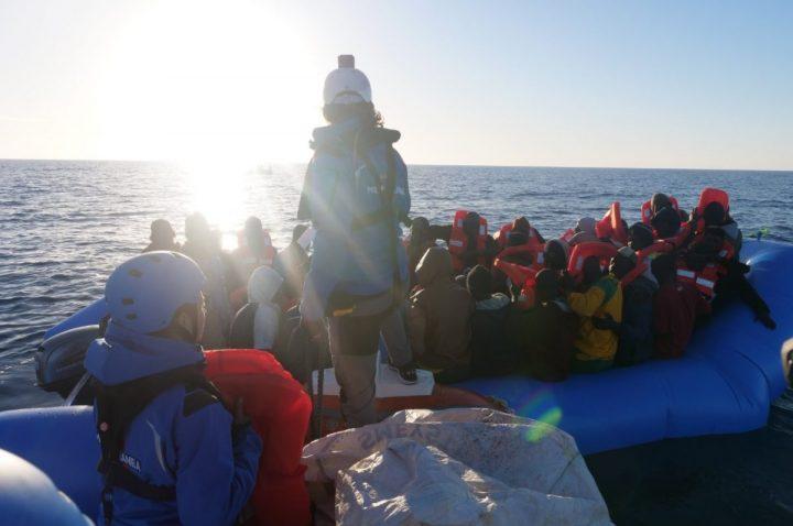 """Mare Jonio ferma a un miglio e mezzo da Lampedusa. Il sindaco: """"Nostro porto aperto"""""""