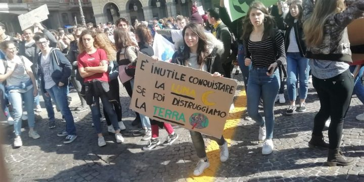 Giovani in piazza. Sarebbe meglio una generazione muta e rassegnata?