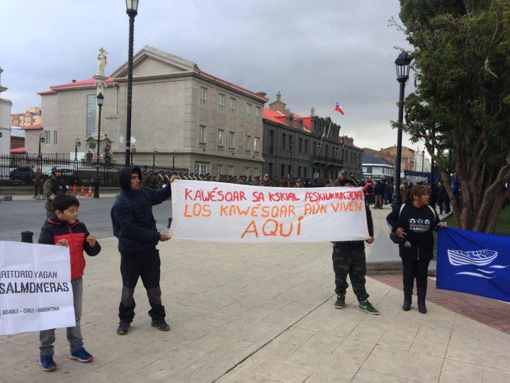 Chile: Protestas en Punta Arenas contra lobby de reyes de Noruega a favor de instalación de salmoneras