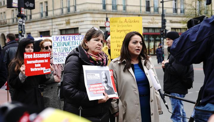 Heike Hänsel und Sevim Dagdelen (MdB) protestieren in London gegen die Verhaftung von Julian Assange