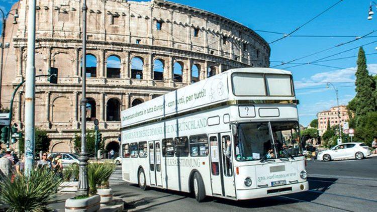 Der Omnibus für direkte Demokratie auf dem Weg nach Rom