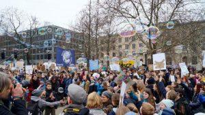 La juventud del mundo sopla burbujas para la Tierra; mientras los votantes dicen que no a los Impuestos al Carbono y a la Vida