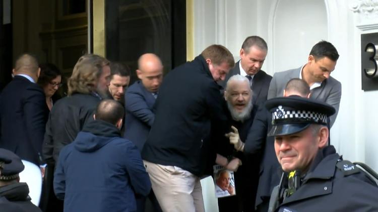 Julian Assange arrestato all'ambasciata ecuadoriana a Londra