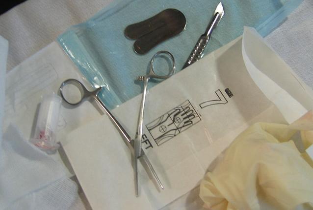 No al massacro dei bambini a causa della circoncisione clandestina