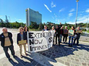 Roma, azionisti-zombie di Extinction Rebellion protestano davanti all'Eni