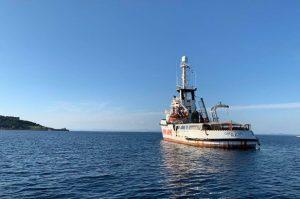 Open Arms  da 5 giorni fuori dal porto di Mitilini, a Lesbo, senza poter attraccare e consegnare gli aiuti umanitari a bordo