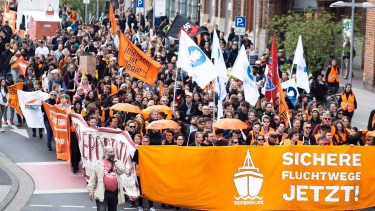 Seebrücke Demonstration in Hannover fordert Sichere Fluchtwege jetzt und Kamp der Festung Europa