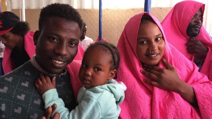 I migranti salvati dalla Mare Jonio sbarcano a Lampedusa